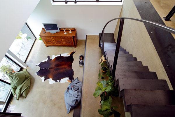 Pre interiér jednoduchého domu je charakteristická voľnosť v dispozícii, pôsobivá je najmä obývacia časť otvorená cez dve poschodia.