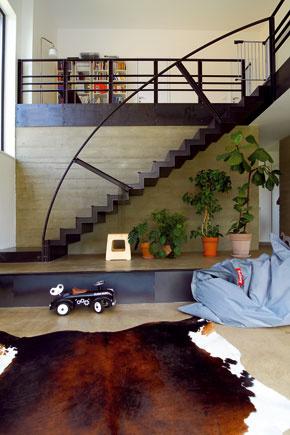 Oceľové schodisko na galériu, ktoré dominuje otvorenému obytnému priestoru, je dielom rodinného známeho – umeleckého kováča.