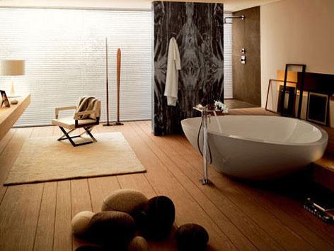 Dokonalosť vyhotovenia dáva šancu na prežitie aj netradičným materiálom. Dyhový obklad dodá grády dizajnérskym kúpeľňovým kúskom. Symbióza človeka s prírodou a priestorom viedla francúzskeho dizajnéra Jean-Maria Massauda k vymodelovaniu oblých kriviek kúpeľňovej sanity, ktorá sa vydala na plavbu po hranatej geometrii dreveného nábytku a doskách drevenej podlahy.