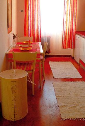 Rozhodnutie mať v kuchyni liatu podlahu prinieslo zaujímavú skúsenosť.