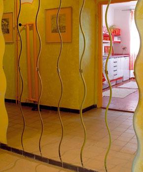 Najviac však urobili zrkadlá – pokrývajú veľké plochy na dvoch stenách chodby aj prostrednú časť skrine. Predsieň tak privíta človeka jasnými, veselými farbami, aké ho neopustia ani v ostatných miestnostiach bytu.