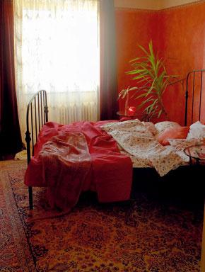 Z pôvodného zariadenia ostal v spálni kedysi taký módny a cenený perzský koberec, ktorý nakoniec udal tón zariadeniu celej izby