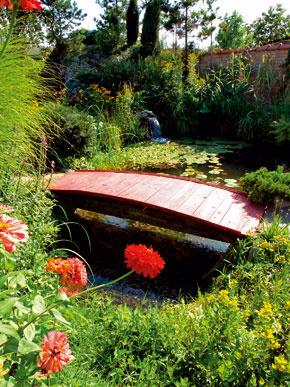 Pokračovaním kamenného chodníka, ktorý rozdeľuje záhradu na dve časti, je pôvabný mostík soribaši.