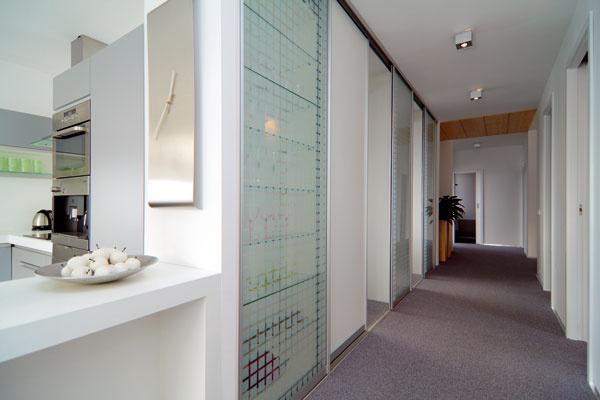 Vnútorné deliace steny zhotovili zOSB asadrokartónových dosiek, ktoré prichytili na drevené rámy. Vnútro stien vyplnili tepelnou aprotihlukovou izoláciou.