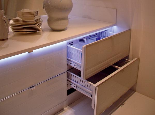 Svetelné efekty vytvorené pomocou studeného led diódového svetla sa stávajú súčasťou bytového dizajnu vrátane kuchýň. (Sicc)