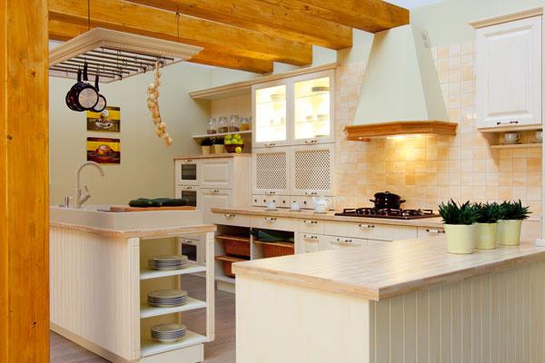 Aj rustikálna kuchyňa sa inšpirovala v profesionálnej kuchyni – v dispozičnom riešení. (Decodom) kuchýň minulých. Hľadá sa krása protikladov v jednom priestore.