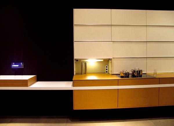 V otvorených priestoroch je myšlienka kuchyne transformovanej do podoby nábytkovej zostavy, ktorá ukryje všetok neporiadok za dvierka skriniek a neprezradí, že je kuchyňou, zaujímavá. (Leicht)