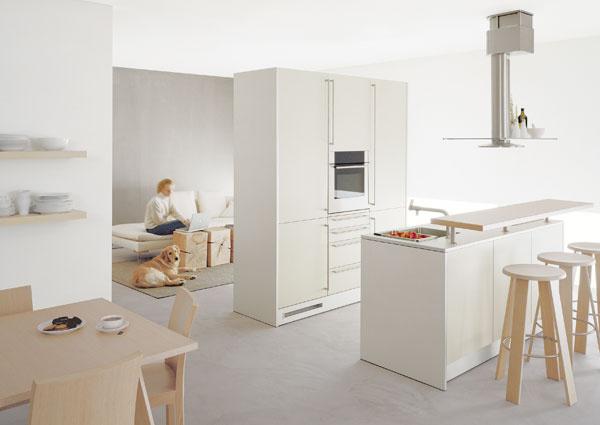Moderná je kuchyňa voľne umiestnená v priestore bytu, bez jasne určených hraníc a v chladnej bielej. (Bulthaup)