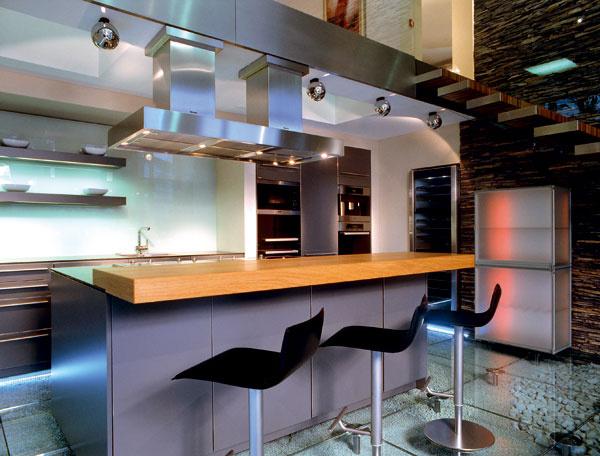 """Klasikou sa stáva nehrdzavejúca oceľ. Do súčasnej kuchyne """"profi"""" dizajnu bezvýhradne patrí. (SieMatic – Stopka)"""