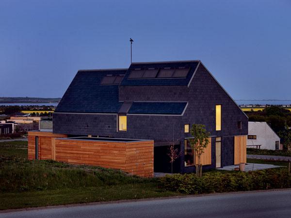 Okná umiestnili na každej fasáde a na šikminách strechy. Zabezpečili tak dostatok denného svetla distribuovaného do hĺbky dispozície. Všetky miestnosti v dome majú okná orientované minimálne na dve svetové strany. FOTO: Adam Mork pre VELUX