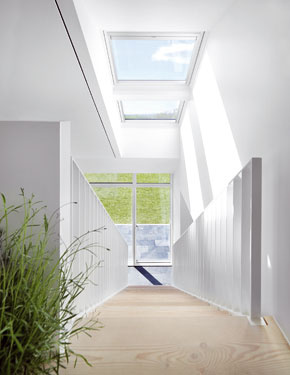Zvyčajnú 20- až 25-percentnú plochu okien v pomere k ploche podlahy tu zvýšili na 40 percent, a tak sa všetky zasklenia zaslúžia o dokonale preslnený interiér. FOTO: Adam Mork pre VELUX