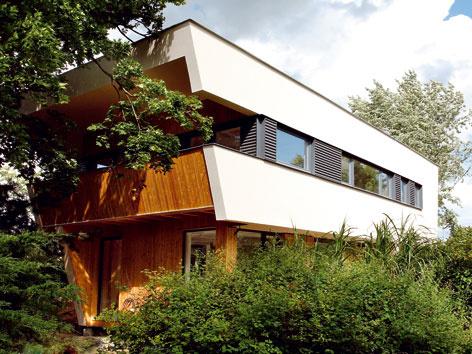 Nízkoenergetický dom od architektonického ateliéru Prodesi/Domesi z tvaroslovia i farebnosti funkcionalistických víl, obsah aj technické vybavenie tejto mestskej vily sú však nanajvýš súčasné. FOTO: Prodesi/Domesi