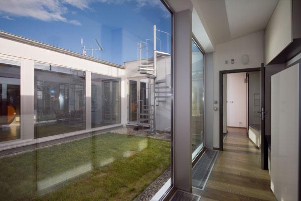 Novostavba átriového jednopodlažného a nepodpivničeného rodinného domu sa nachádza v mierne svahovitom teréne v prostredí samostatne stojacich novostavieb rodinných domov.