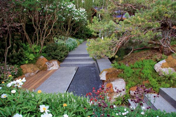 Zvŕšku pri dome vás okolo jazierka až kzáhradnému pavilónu prevedie dláždený chodník, ktorý prekonáva zvlnený terén niekoľkými schodmi.