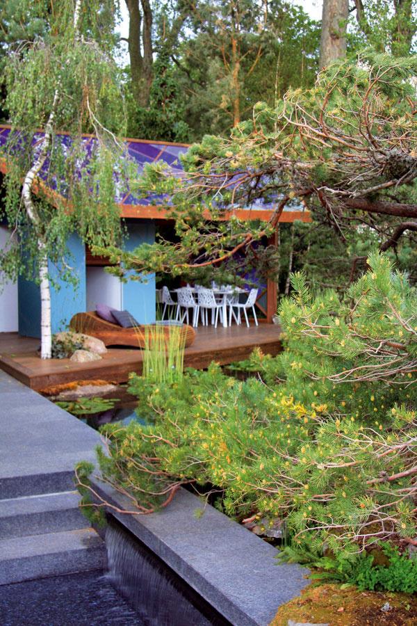 Už od domu sa otvárajú okúzľujúce pohľady na záhradný domček, situovaný na konci tejto farebne veľmi precízne zladenej záhrady