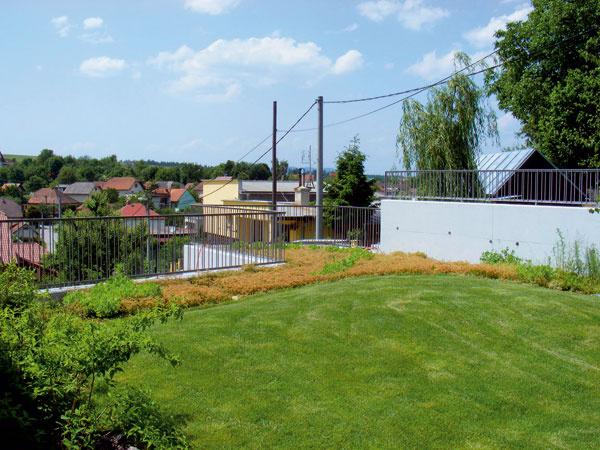 Intenzívna strešná záhrada. Založenie trávnika na streche potrebuje minimálnu vrstvu substrátu 25?cm  a s tým treba rátať už v návrhu stavby. (foto: martes FLORA)
