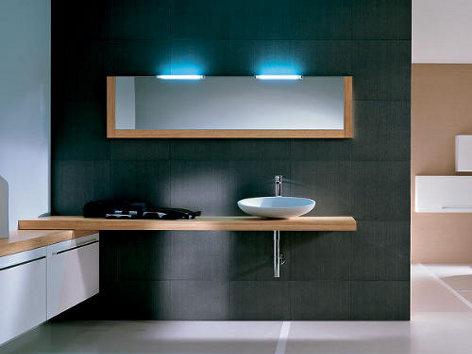 Moderná kúpeľňa s modrým osvetlením