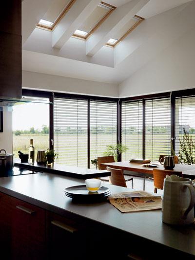 Trojica strešných okien Velux Integra zabudovaných do strechy bungalovu má ventilačnú klapku a výhodu elektrického ovládania.