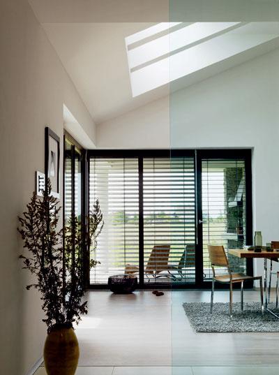 Do stredu dispozície bolo dôležité dostať denné svetlo. To je pri bungalovoch vždy problém. Objekty sú hlboké a okná na fasáde nestačia zásobovať hlbšie položené miesta denným svetlom.