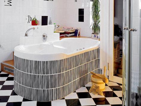 Kúpeľňa s čierno-bielou podlahou
