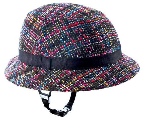Prilba-klobúk svymeniteľným ale nezameniteľným imidžom pochádza zdielní značky Yakkay. (predáva Scandium)