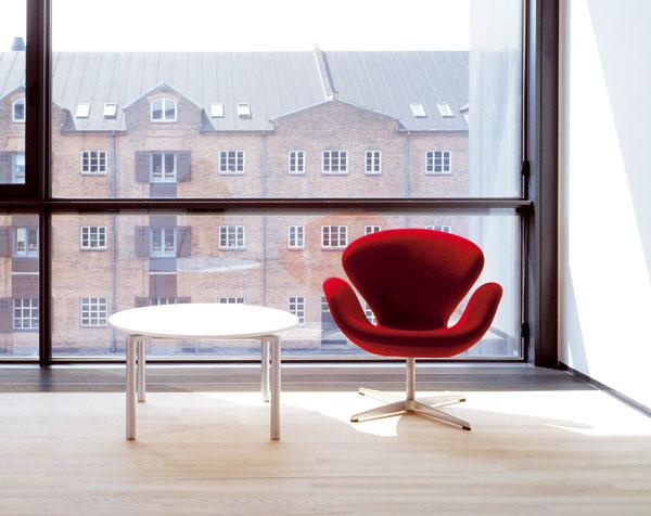 Kreslo Swan (Labuť) navrhol pôvodne Jacobsen pre SAS Royal Hotel vKodani (1956 – 1960). Vhoteli je doposiaľ izba 606 zariadená nábytkom ztých čias.