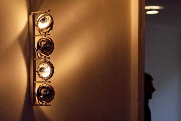Techno osvetlenie nám pripomínalo osvetlenie scény, ale jej autor (navrhol si ju sám pre seba majiteľ bytu) tvrdí, že ide viac o pripomienku svetiel automobilového veterána značky Jaguár.