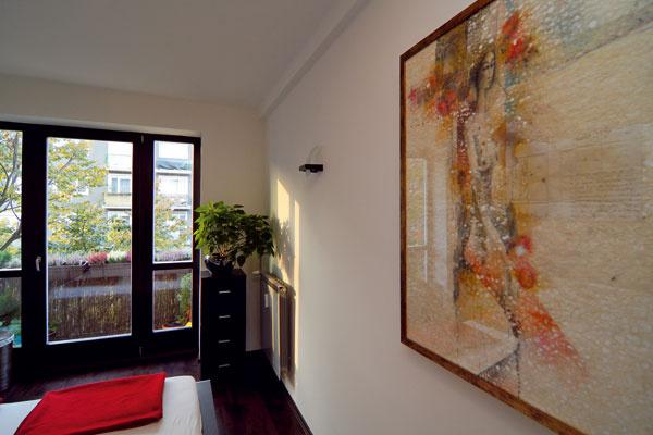 Parížanka od Martina Augustína v zamyslení nad listom čaká na ďalšie obrazy, ktoré časom pribudnú do tejto domácnosti.