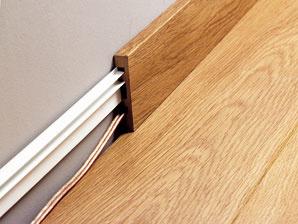 V prípade, že lišty majú ukryť rozvody elektriny alebo inú kabeláž, nacvakávajú sa na plastové drážky vopred upevnené na stenu. (foto a predaj: Quick Step)