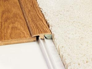 Nadväznosť jednotlivých častí plávajúcich podláh alebo napojenie na inú podlahovú krytinu elegantne riešia prechodové lišty. (foto a predaj: Quick Step)