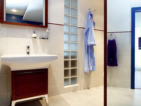 Priečky zo sklenených tvarioviek v kúpeľni