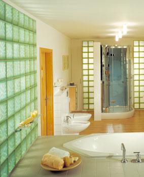 Sklenené tvárnice sú pri stavbe priečok príjemným kompromisom pre tých, ktorí potrebujú viac svetla, ale predsa len chcú ostať za stenou. Obľúbené sú najmä tam, kde sa vyžaduje povrch odolný proti vode.  (Foto: Sklobetón)