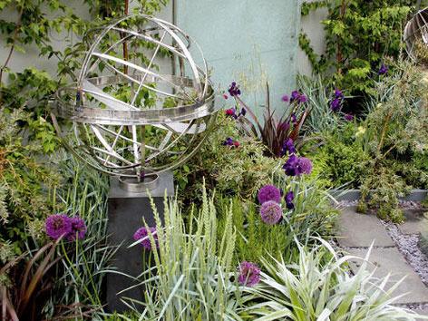 Modely starých astronomických pomôcok sú umiestnené na viacerých miestach v záhrade.