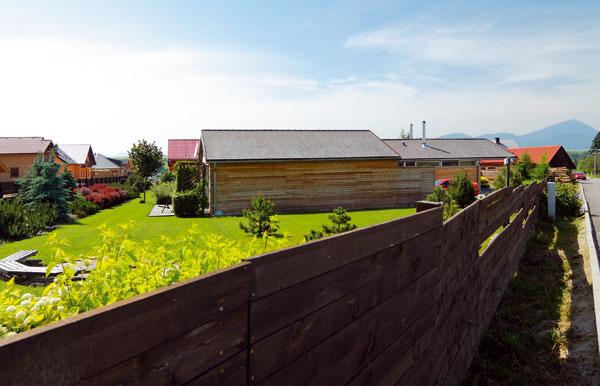 Nechceli sme stavať do výšky. Potrebovali sme jednopodlažný dom prepojený so záhradou.