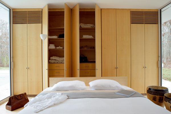 Vysoké skrine plnia v tomto dome nielen tradičnú úlohu praktického odkladacieho priestoru, ale sú aj deliacim a nosným prvkom konštrukcie.