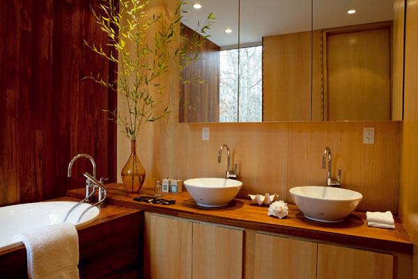 Architekt navrhol aj každý detail veľkorysej kúpeľne. Vodovodné batérie sú od značky Dornbracht.