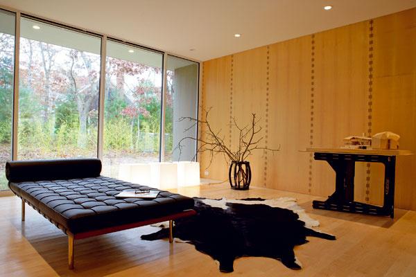Ukážková hosťovská izba s ležadlom značky Knoll International a modelom domu