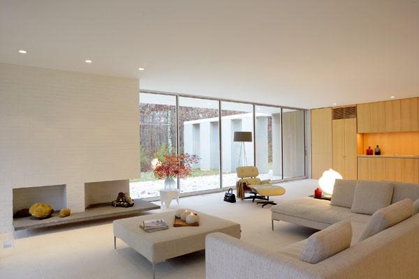 Pohovky značky B & B Italia, kreslo Knoll International, stôl a stojaca lampa od dizajnérov spoločnosti Vitra.