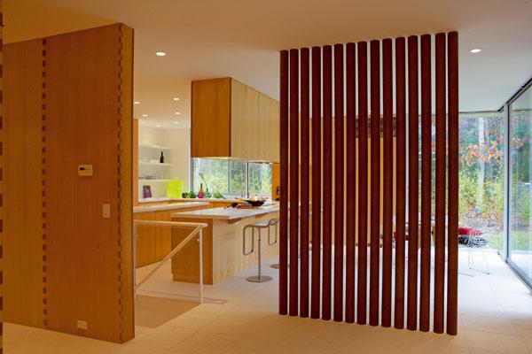 Slávne Banove kartónové rúry (Paper Tubes) oddeľujú kuchynskú a raňajkovú zónu od vstupného priestoru. V kuchyni stoličky značky Knoll International.