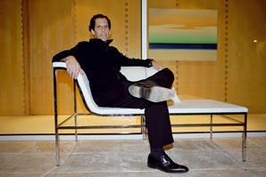 Americký kolega Shigeru Bana, newyorský architekt Dean Maltz, zastal úlohu stavebného dozoru pri realizácii tejto neobyčajnej stavby. Na fotografii na svojom vlastnom diele z nehrdzavejúcej ocele a kože.