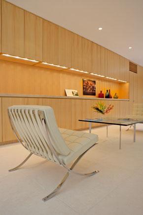 Stolík a kreslá Knoll International, dizajn Mies van der Rohe.