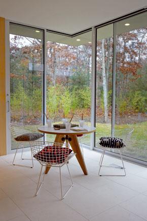 Drôtené stoličky od Harryho Bertoiu zo štyridsiatych rokov.