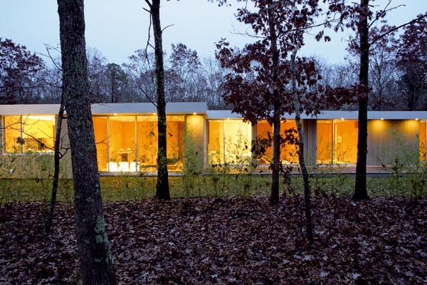 Hosťovské izby sa sklenenou stenou otvárajú na sever a ponúkajú pohľad na blízky dubový les.