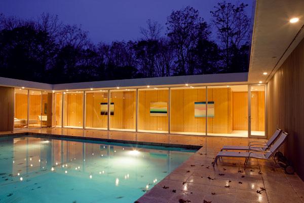 Pozdĺž chodby lemujúcej bazén sú zoradené tri hosťovské izby.(foto: Gemeson Ellis)
