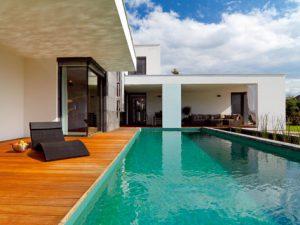 Prívetivá architektúra vily postavenej na skok od Komárna