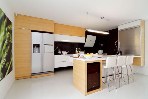 Kuchynská polaminovaná linka zdielne komárňanského stolára apracovná doska vrátane drezu s3-milimetrovou nakašírovanou vrstvou materiálu zkamenného kompozitu