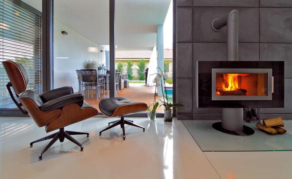 Kreslo-klasik podľa návrhu Charlesa Eamesa už pred polstoročím predstavovalo symbol dobrého vkusu. Lounge chair spojilo kvalitu ohýbanej preglejky osadenej na oceľovej konštrukcii spohodlím koženého čalúnenia.