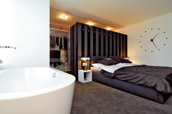 """""""Spálni sme smanželkou zámerne navrhli hotelový look. Glamoor štýl, trochu lesku, ale neutrálna farebnosť nám vyhovuje."""
