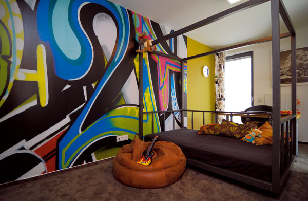 Na poschodí majú chlapci herňu aspoločnú spálňu, ktorú zdobí výrazné grafiti