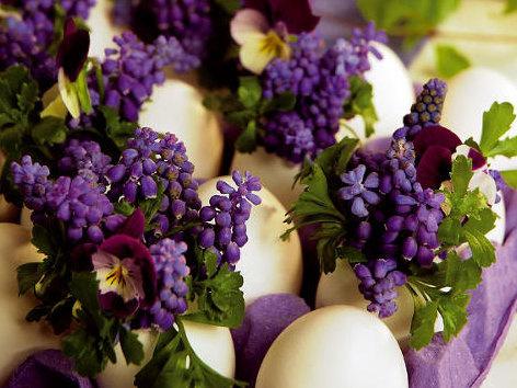 Veľkonočná dekorácia z kvetín a škrupiniek